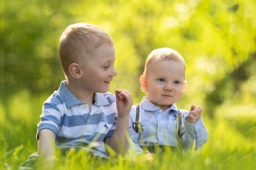 Lapsikuvaus-luonnonvalo-ulkona-sisaruskuvaus-perhekuvaus-jyväskylä-muurame (19)