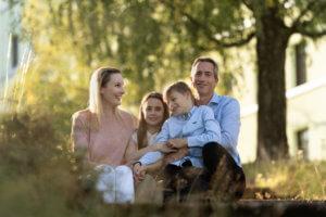 perhekuvaus ulkona valokuvaaja jyväskylä sisaruskuvaus (12)